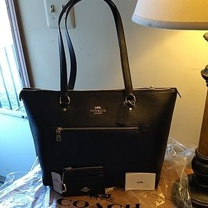 COACH NWT black leather Gallery tote w/change purs